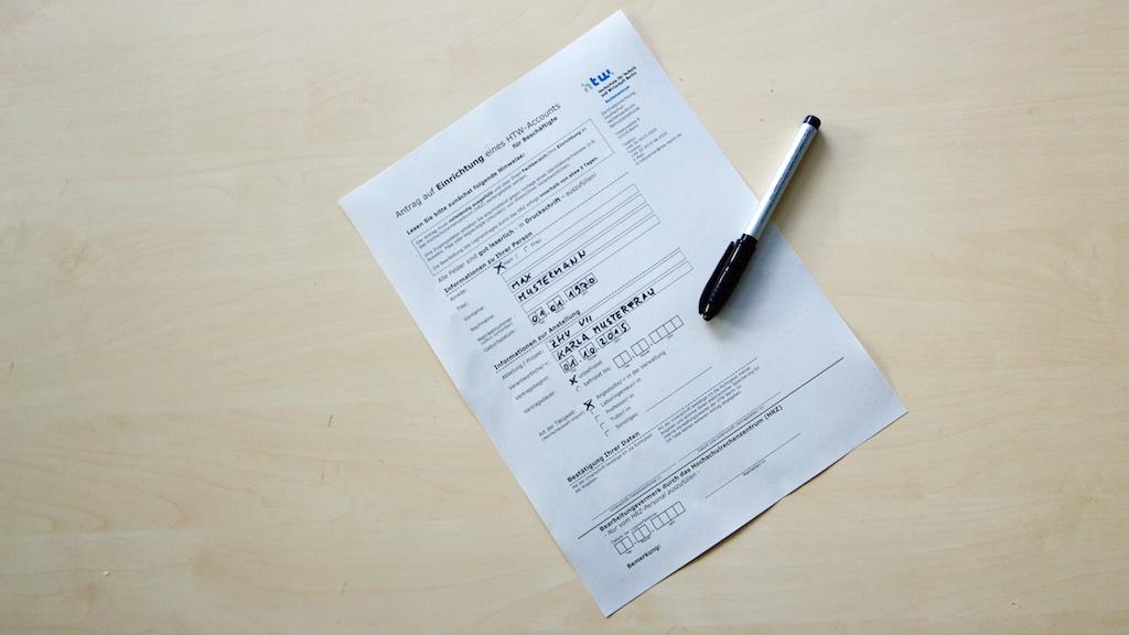 Ausgefüllter Accountantrag mit Stift - © HTW Berlin / Torsten Rack